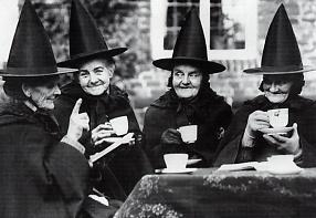 Vier Frauen mit Spitzhüten